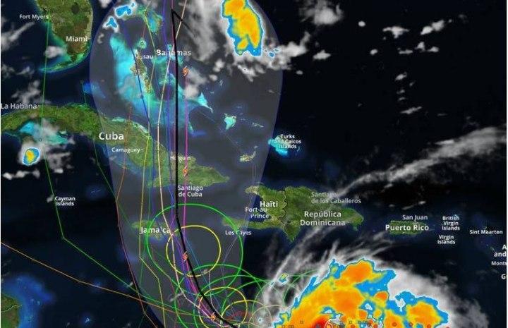 Matthew incrementa fuerza a su paso por las aguas del Caribe.