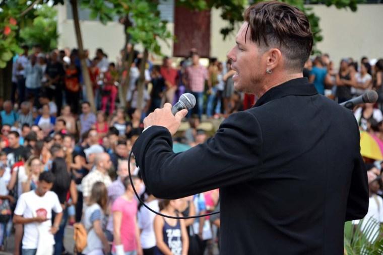 """Yuri Suárez interpreta """"El necio"""", de Silvio Rodríguez, como parte del acto de inicio del curso escolar 2016-2017. Efectuado en la Facultad de Cultura Física el 5 de septiembre de 2016. UHO FOTO/Luis Ernesto Ruiz Martínez."""