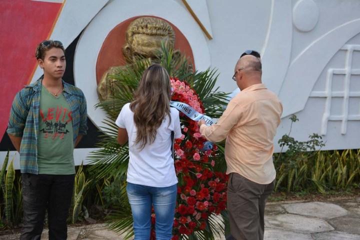 Ofrenda floral a Manuel Fajardo. UHO FOTO/Luis Ernesto Ruiz Martínez.