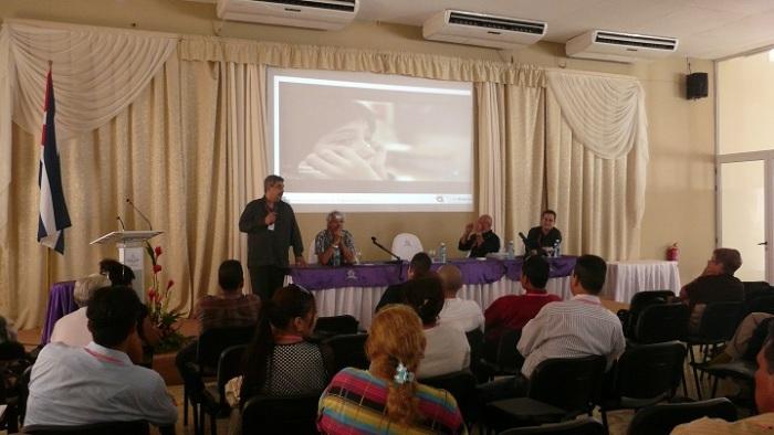 El Dr. C. Iván Barreto Gales, Director de Cinesoft, hizo una disertación sobre el accionar de esta empresa. Foto del autor.