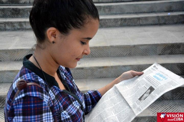 Mariam Alba Falcón Bauta lee la edición del Juventud Rebelde en la que se publica entrevista a Alejandro Sánchez Fernández, participante como ella en el 2015 de las becas de la World Learning.