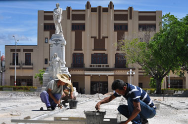 Se recupera el parque Calixto García. Fotos Elder Leyva.