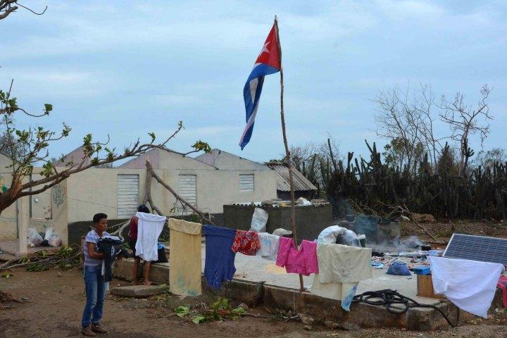 Habitante del municipio Maisí recupera parte de sus pertenencias tras el paso de huracán Mathew, en Guantánamo, Cuba, 6 de octubre de 2016. ACN FOTO/Armando Ernesto CONTRERAS TAMAYO.