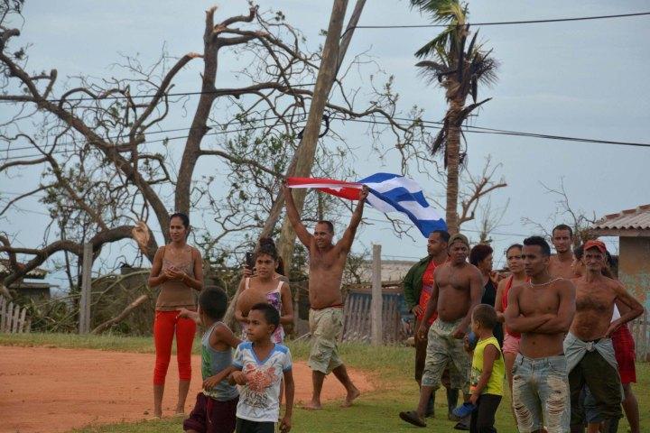 Pobladores del municipio Maisí, en la provincia de Guantánamo, Cuba, luego del paso del huracán Matthew, el 6 de octubre de 2016. ACN FOTO/Juan Pablo CARRERAS.