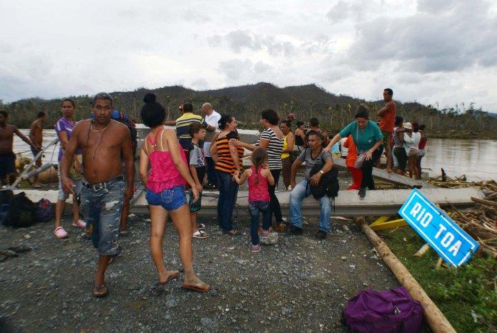 Guantanameros quedaron incomunicados con su territorio al colapsar el puente sobre el río Toa, que comunicaba a Holguín con Guantánamo a través de la Carretera Moa-Baracoa, provocado por el huracán Matthew a su paso por la región. 7 de octubre de 2016. ACN FOTO/Heidi CALDERÓN SÁNCHEZ.