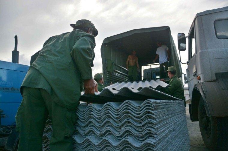 Arribo de los primeros medios y recursos para la recuperación de la ciudad de Baracoa, en la provincia de Guantánamo, tras el azote del huracán Matthew al extremo más oriental de Cuba, 8 de octubre de 2016. ACN FOTO/Juan Pablo CARRERAS.