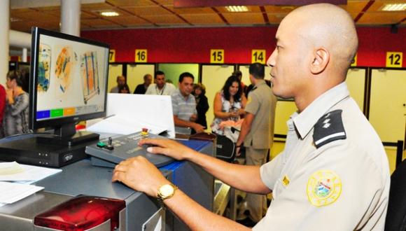 Funcionario de la Aduana en plena actividad. Foto: Cubadebate.