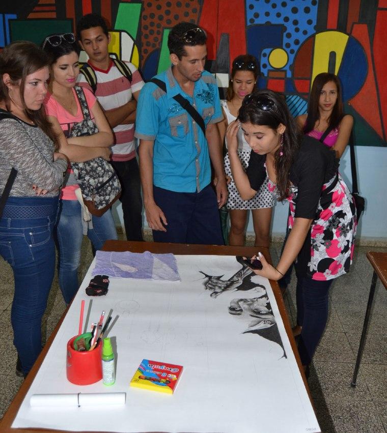 Estudiantes de la Universidad de Holguín convirtieron sus trazos en denuncia contra el bloqueo de Estados Unidos a Cuba. Foto: Alexis Rodríguez Leyva.