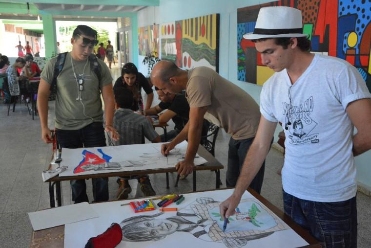 Estudiantes de la Universidad de Holguín convirtieron sus trazos en denuncia contra el bloqueo de Estados Unidos a Cuba. Foto: Luis Ernesto Ruiz Martínez.