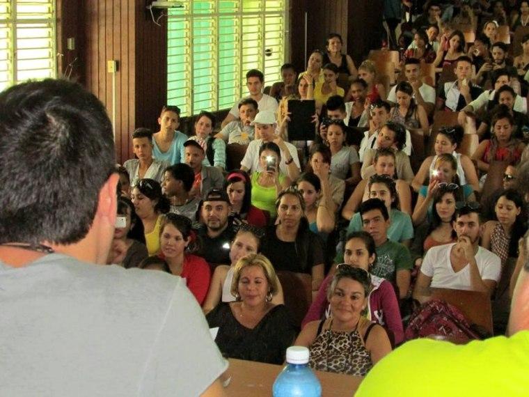 David Blanco intercambió con estudiantes y trabajadores de la Universidad de Holguín. Foto: Francisco Rojas González.