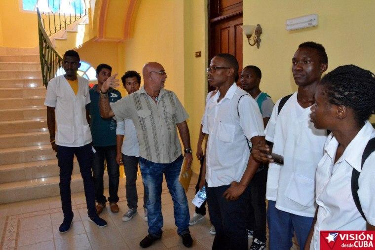 Estudiantes extranjeros que cursan la carrera de medicina en Holguín, reciben una detallada explicación sobre el Hotel Ordono. Foto: Luis Ernesto Ruiz Martínez.