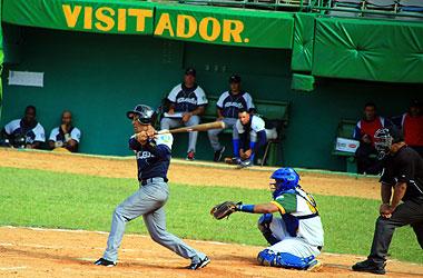 Jorge Luis Peña conecta jonrón frente a la Isla de la Juventud. esperemos que lo repita en el play off. Foto: Reynaldo Cruz/Ahora.