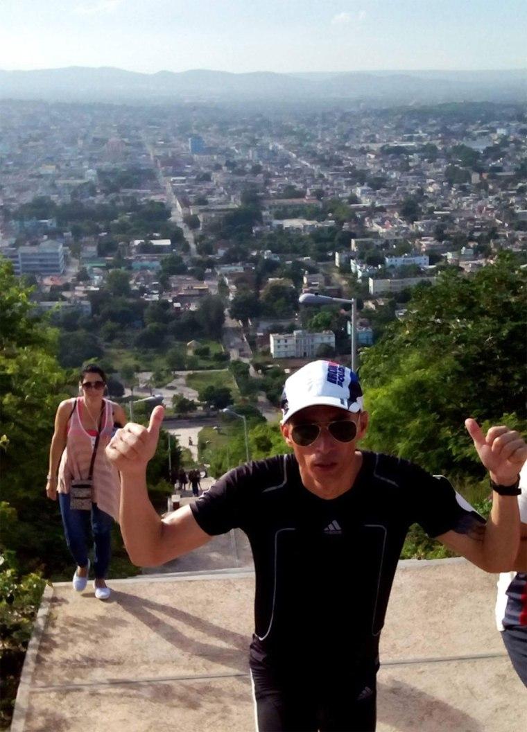 Raidel Guerrero Ocampo, de 33 años de edad, mientras subía y bajaba la emblemática Loma de la Cruz, de Holguín. Foto: Arnaldo Vargas Castro.