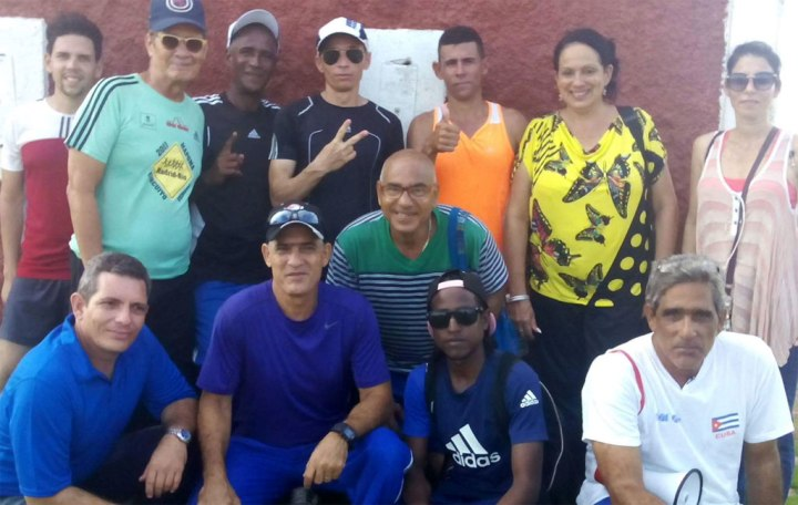 Raidel con jueces encargados de la validación de ese logro; jóvenes participantes en el acto y autoridades del ICAP en Holguín. Foto: Arnaldo Vargas.