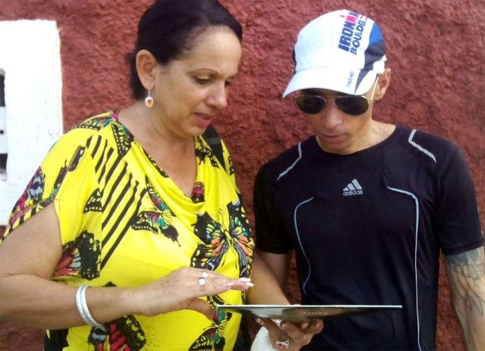 Raidel con Lupe Isabel Fernández, Delegada del ICAP en Holguín. Foto: Arnaldo Vargas Castro.