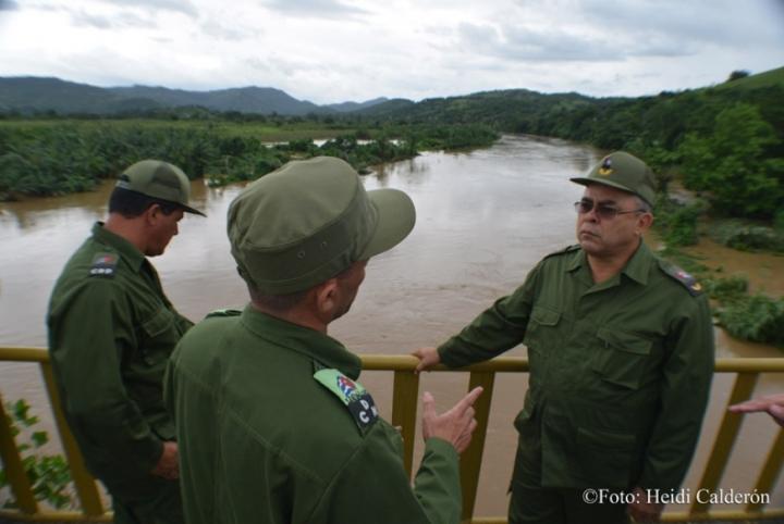 Autoridade políticas y gubernamentales de la provincia de Holguín comprueban la manignitud de la inundaciones por la crecida del Río Sagua, en el municipio de Sagua de Tánamo, provincia de Holguín, tras paso del Huracán Matthew por el oriente de Cuba. Fotos Heidi Calderón Sanchez