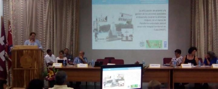 La coordinadora de PADIT en Holguín, Nevvis Moreno Moreno, presenta los avances de las iniciativas PADIT en la provincia.