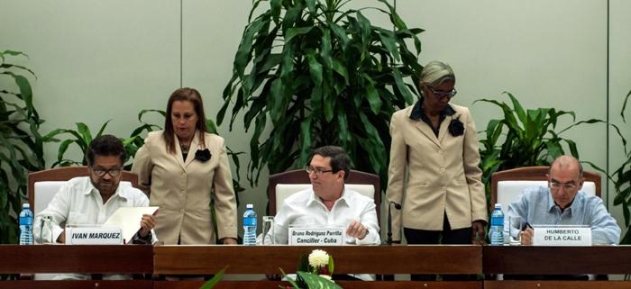 Iván Márquez (I), jefe de la delegación de las Fuerzas Armadas Revolucionarias de Colombia-Ejército del Pueblo (FARC-EP) y Humberto de la Calle (D), jefe del equipo negociador del Gobierno de Colombia firman acuerdo de Paz, con la presencia del Ministro de Relaciones Exteriores de Cuba, Bruno Rodríguez (C), en La Habana, el 12 de noviembre de 2016. ACN/FOTO/Diana Inés RODRÍGUEZ RODRÍGUEZ