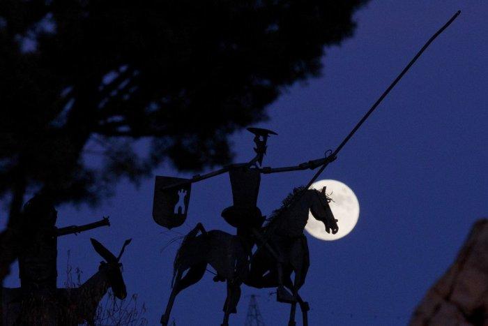 La escultura de Don Quijote De La Mancha en Munera, cerca de Albacete, a trasluz de la luna. Pablo Blazquez Dominguez (Getty Images)