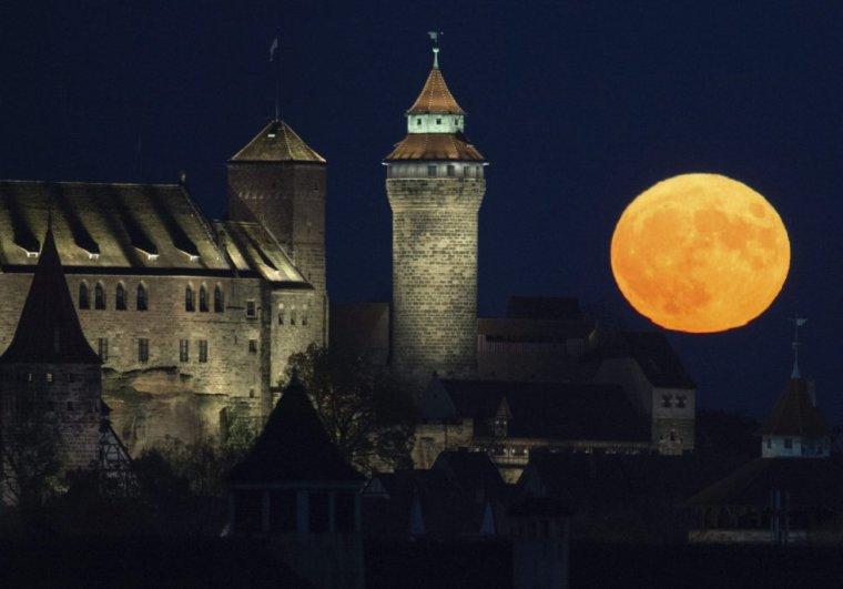 La luna llena se eleva sobre el Castillo de Kaiserburg en Nuremberg (Alemania). TIMM SCHAMBERGER (EFE)