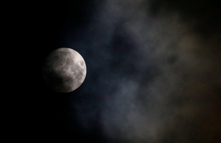 La luna, un día antes de convertirse en superluna, en Viena (Austria). LEONHARD FOEGER (REUTERS)