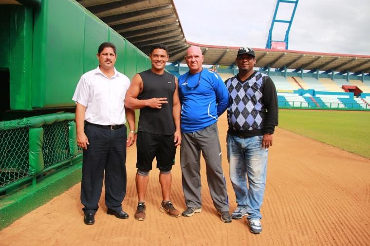 Cabrera, junto a parte del equipo que lo preparó. Foto: Reynaldo Cruz.