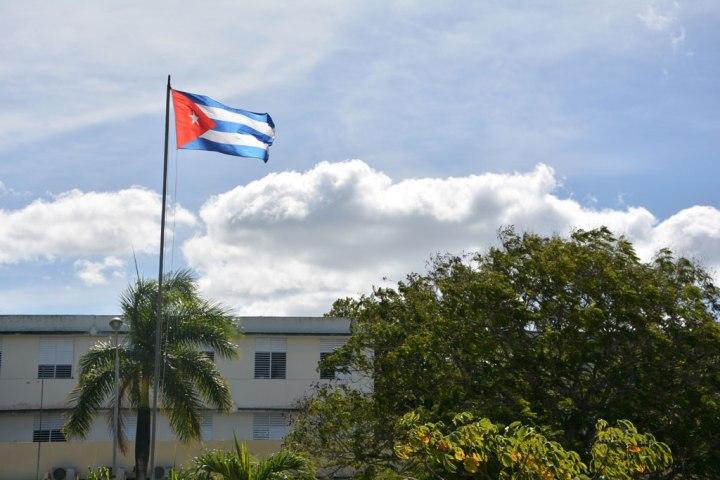 Mi bandera cubana en la Universidad de Holguín. VDC Foto/Luis Ernesto Ruiz Martínez.