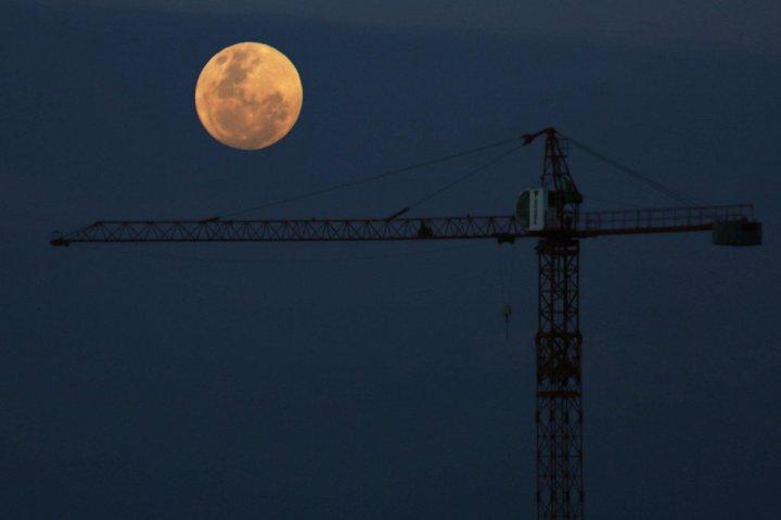 La luna desde Santigo de Chile. ELVIS GONZALEZ (EFE)