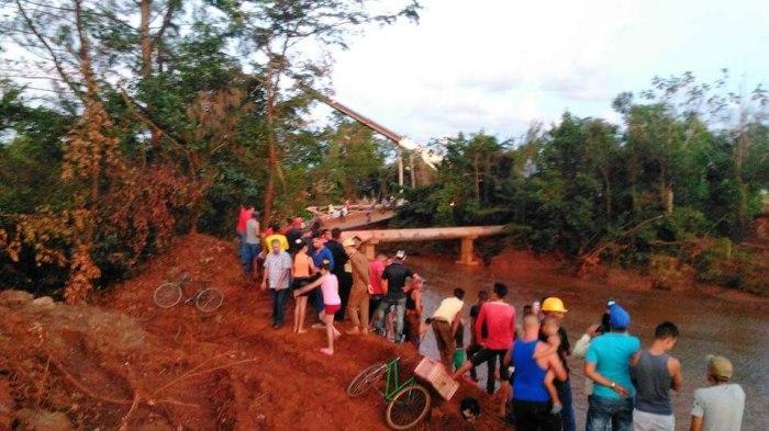 Puente colapsado en Moa. Foto tomada de Facebook.