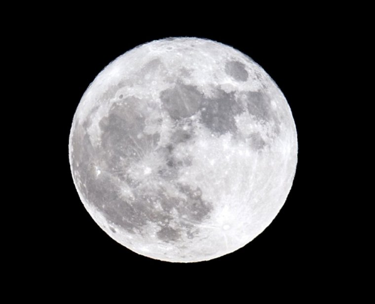 Salida de la luna en Córdoba. Jorge Zapata. (EFE)