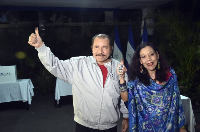 Daniel Ortega y Rosario Murillo luego de ejercer su derecho al voto.