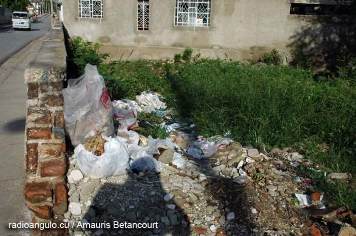 Desechos sólidos vertidos en un solar de la ciudad de Holguín. Foto: Amauris Betancourt/Archivo Radio Angulo