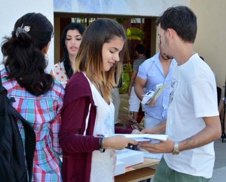 Estudiantes de la Universidad de Holguín reciben reconocimientos por el Día Internacional del Estudiante. UHO FOTO/Luis Ernesto Ruiz Martínez.