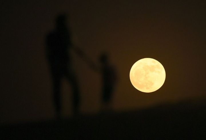 Superluna sobre el desierto de Dubai. Tom Dulat (Getty Images)