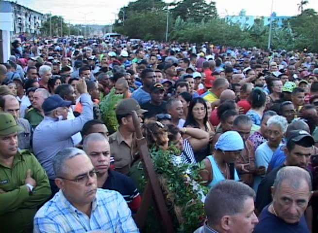 El pueblo de Moa acompaña hasta el cementerio local los restos de los fallecidos en el derrumbe del puente. Foto: Kegnar Pereira Matos