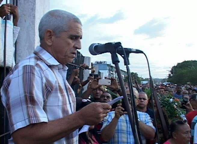 El Ministro de Energía y Minas, Alfredo López Valdés, en el entierro de los fallecidos en el accidente. Foto: Kegnar Pereira Matos