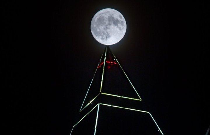 La luna sobre la torre piramidal de 256.5 metros de altura en Frankfurt. FRANK RUMPENHORST (EFE)