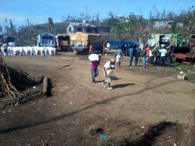 El pueblo haitiano recibe ayuda procedente de diversas partes, aunque todavía es insuficiente. Foto publicadas por Enmanuel en Facebook.