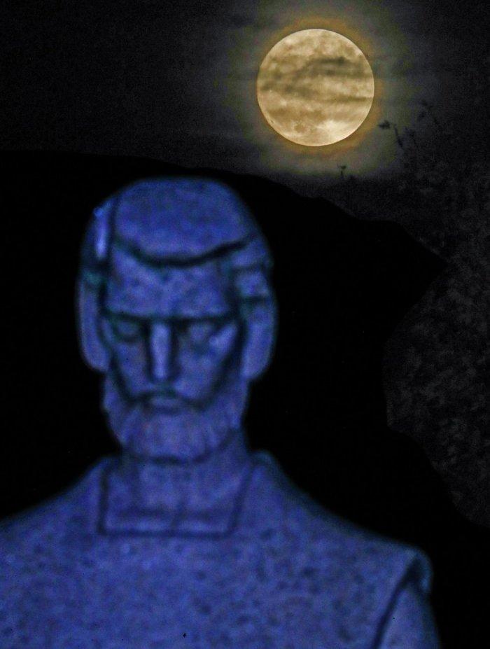 La luna en el cementerio de Wilmette, Illinois (Estados Unidos). TANNEN MAURY (EFE)