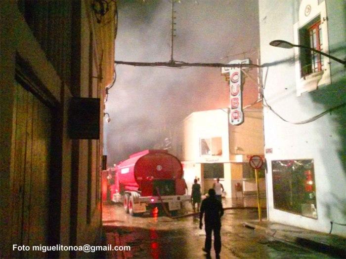 Incendio en Enramadas y San Pedro Santiago de Cuba esta noche de martes. Foto miguelitonoa@gmail.com