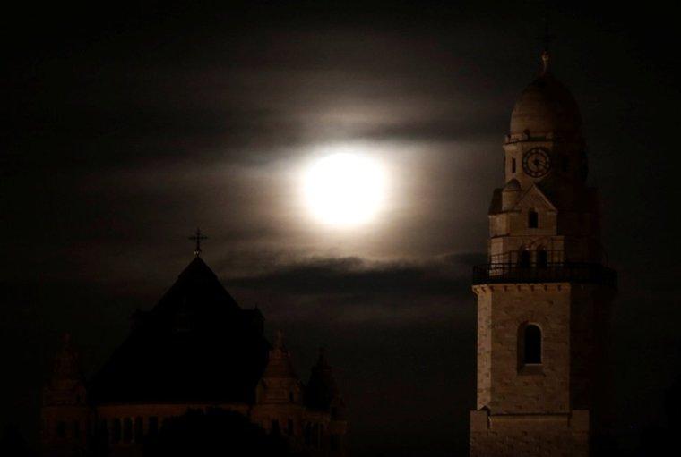Superluna detrás de Dormition Abbey en el monte Zion, cerca de la ciudad vieja de Jerusalén. RONEN ZVULUN (REUTERS)