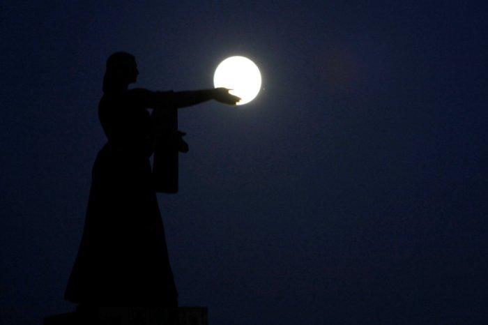 El monumento de La Raza 'sostiene' la superluna en Ciudad Juarez, México. JOSE LUIS GONZALEZ (REUTERS)
