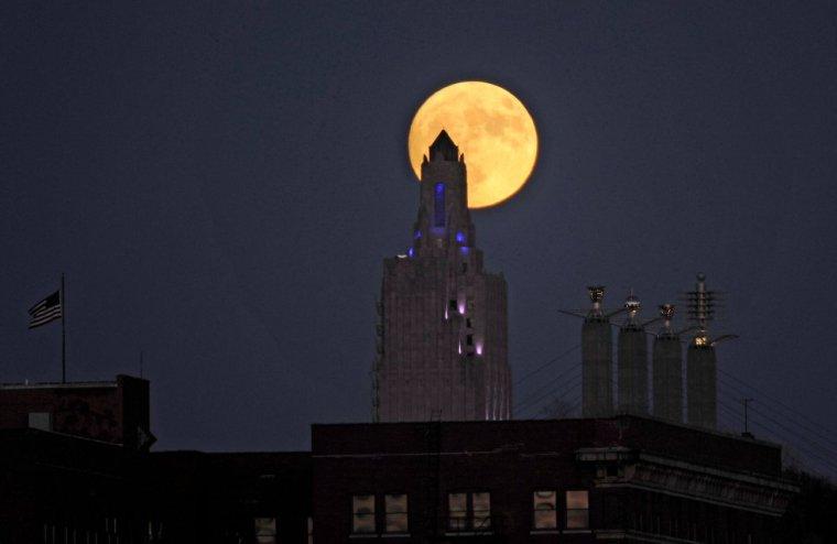 El edificio 'Power and Light' (Poder y luz) iluminado por la luna en Kansas City (Missouri). DAVE KAUP (REUTERS)
