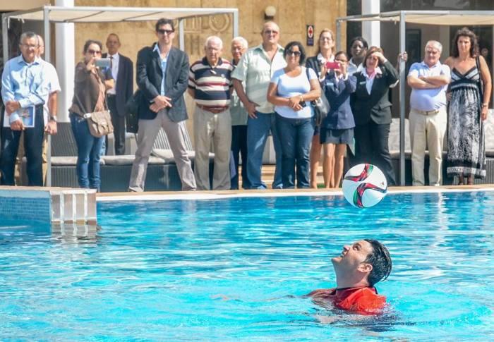 El cubano Jhoen Lefont, recordista Guinness del dominio de más golpes con la cabeza a un balón en el agua, durante el ejercicio que impuso un nuevo Récord Guinness en esa modalidad, en el Hotel Melia Cohiba, en La Habana, Cuba, el 18 de noviembre de 2016. ACN FOTO/ Ariel Cecilio Lemus Alvarez de la Campa.