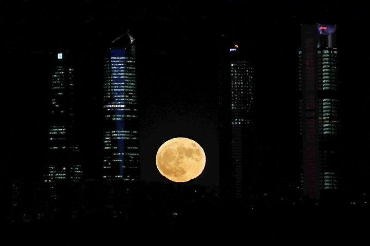 Vista de la luna junto a las cuatro torres del complejo empresarial