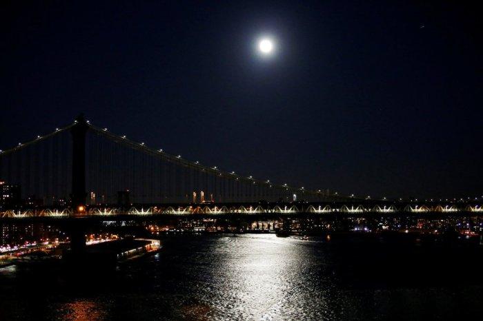 El puente de Manhattan también estuvo alumbrado por esta superluna. EDUARDO MUNOZ (REUTERS)