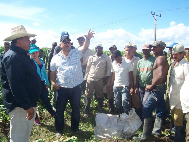 Luis Antonio Torres Iribar conversa con productores mayariceros.