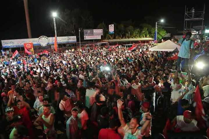 Miles de nicaragüenses se reunieron en la noche de este domingo en la Plaza de las Victorias, de Managua, para celebrar el triunfo del pueblo.