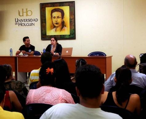 La Dr. C. Rosa Miriam Elizalde, editora de Cubadebate, sostiene encuentro con estudiantes y profesores de la Universidad de Holguín. UHO FOTO/Torralbas.