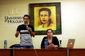 La Dr. C. Rosa Miriam Elizalde, editora de Cubadebate, junto a Luis Felipe Maldonado, profesor de periodismo, sostienen encuentro con estudiantes y profesores de la Universidad de Holguín. UHO FOTO/Torralbas.